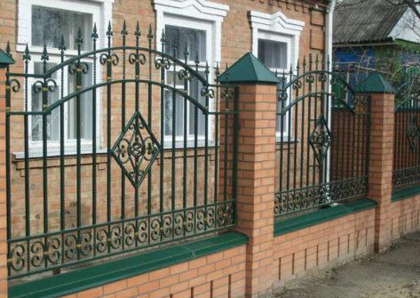 кирпичный забор с ковкой в Москве